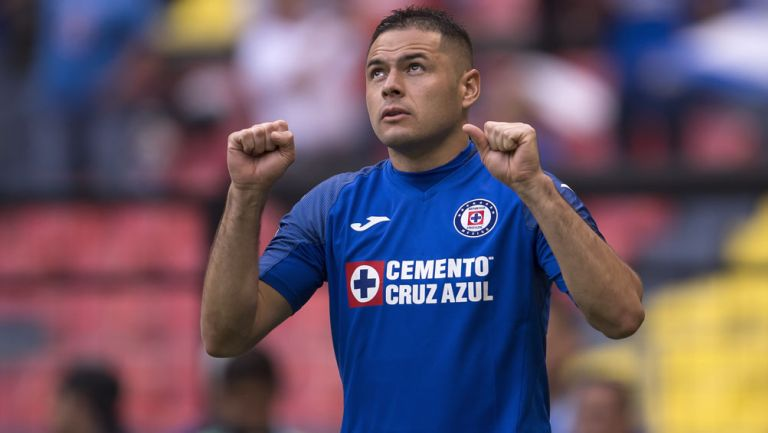 Pablo Aguilar durante un duelo con Cruz Azul