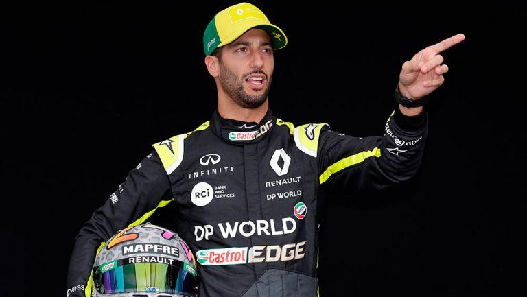 Ricciardo posa con indumentaria de Renault