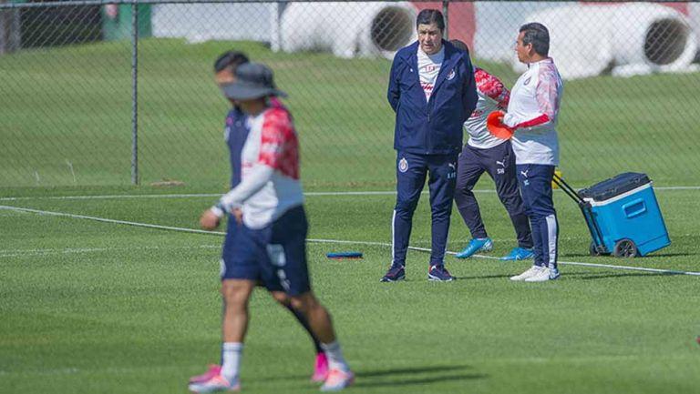 Luis Fernando Tena en el entrenamiento de Chivas
