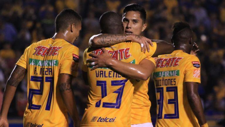Carlos Salcedo abraza a Enner Valencia en un partido de Tigres