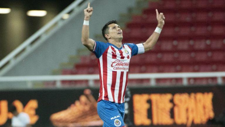 Jesús Molina celebra un gol con Chivas