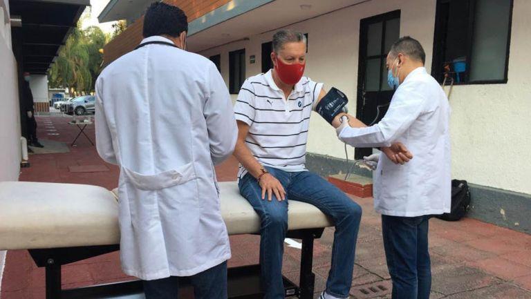 Ricardo Peláez durante la revisión médica