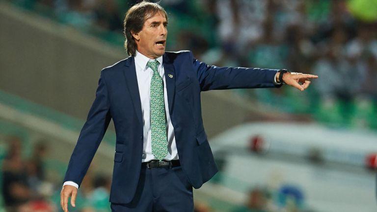 Guillermo Almada da indicaciones en un duelo de Santos