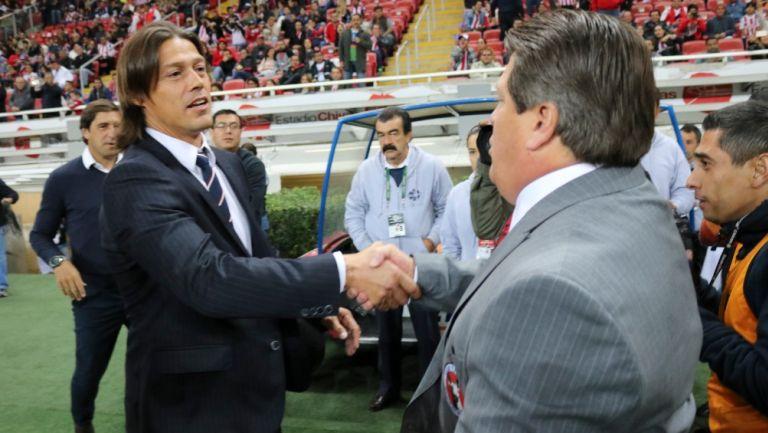 Miguel Herrera y Matías Almeyda se saludan previo a un partido