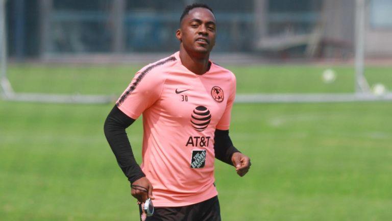 Renato Ibarra durante un entrenamiento con América