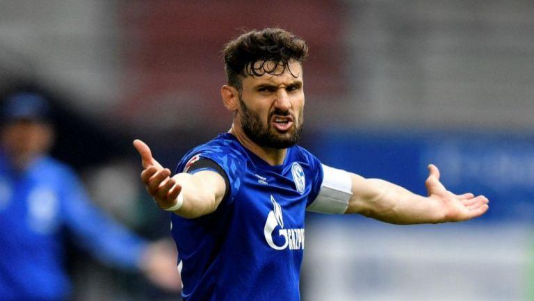 Daniel Caligiuri, capitán del Schalke, en reclamo