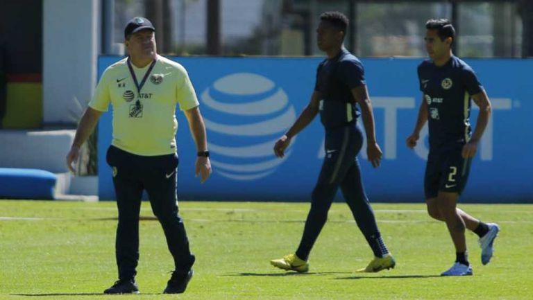 Miguel Herrera, Andrés Ibargüen y Luis Fuentes en entrenamiento