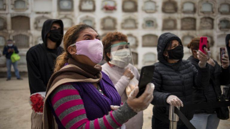 Personas con cubrebocas en Lima, Perú