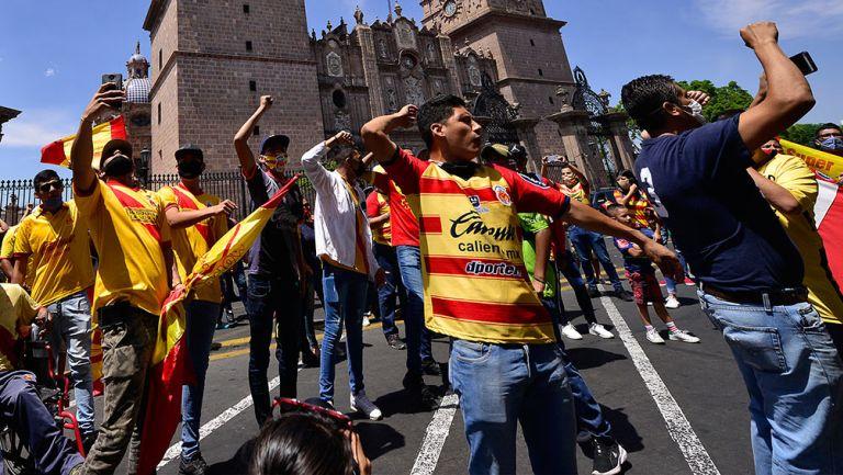 Afición de Monarcas se manifiesta en las calles de la ciudad