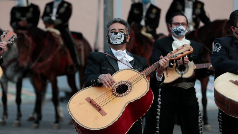 Mariachis se protegen con cubrebocas en CDMX