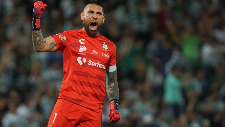 Jona Orozco celebra un gol de Santos