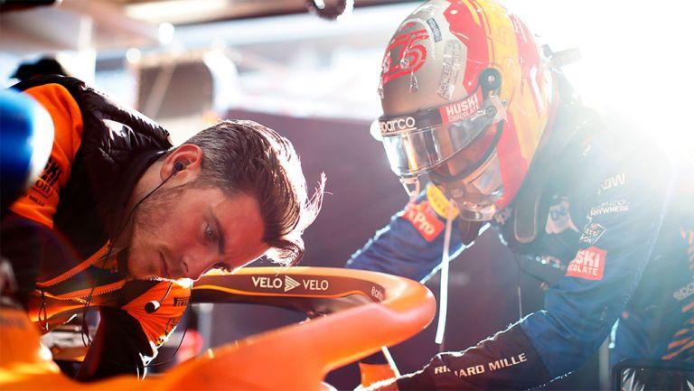 Las labores del equipo McLaren de F1