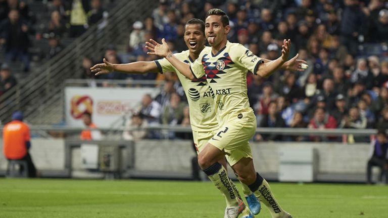 Luis Fuentes festeja un gol con América