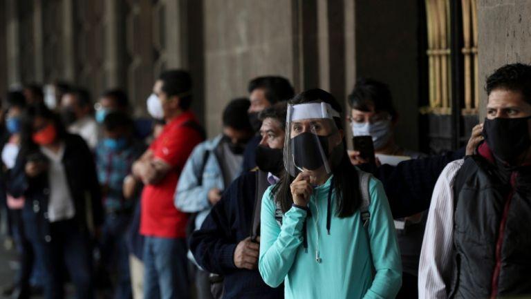 Personas utilizan caretas en la Ciudad de México
