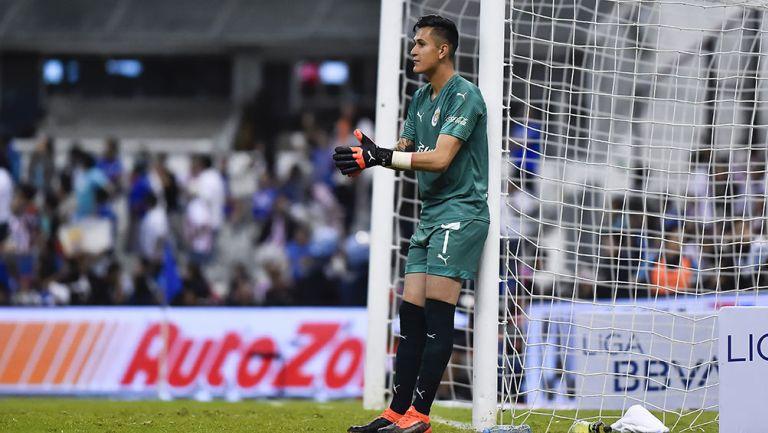 Raúl Gudiño en un partido con las Chivas