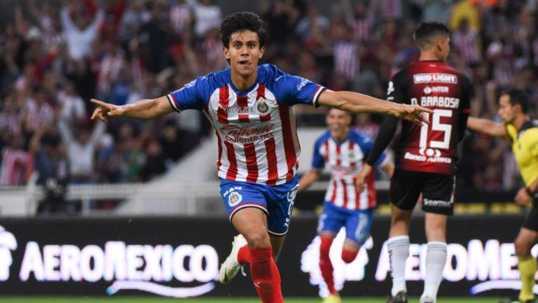 Macías celebrando un gol con Chivas