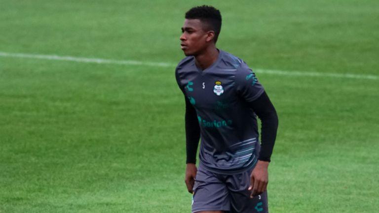Félix Torres durante un entrenamiento con Santos