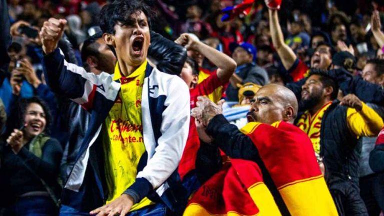 Afición celebra durante un partido de Morelia