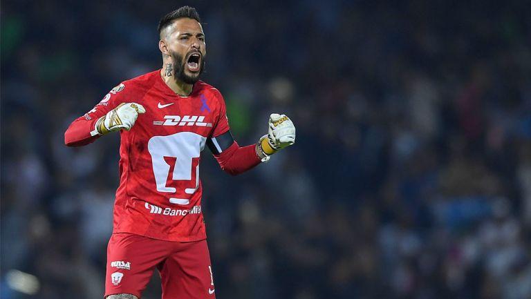 Alfredo Saldívar festeja una victoria de Pumas