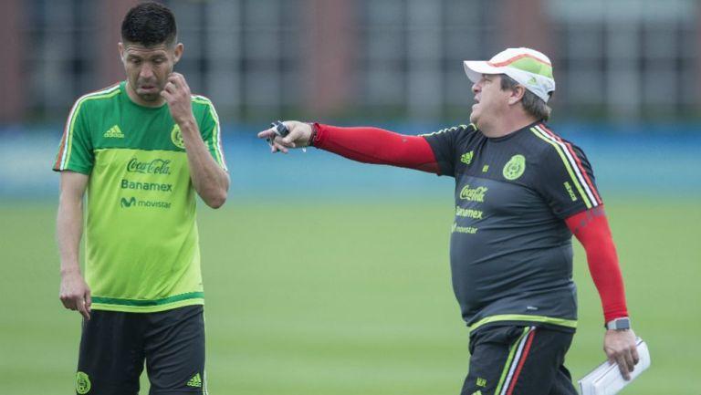 Oribe Peralta y Miguel Herrera en práctica con el Tri