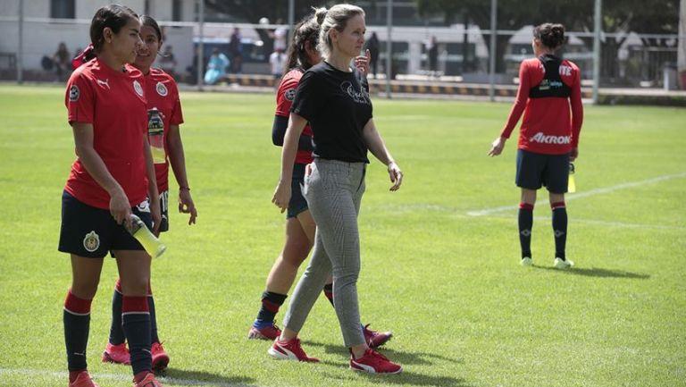 Nelly Simón en un entrenamiento con Chivas