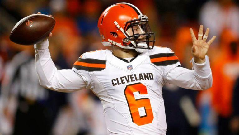 Mayfield lanza un pase en un juego de los Browns