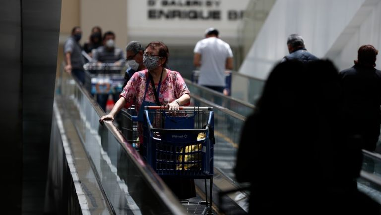 Persona dentro de una plaza comercial en CDMX