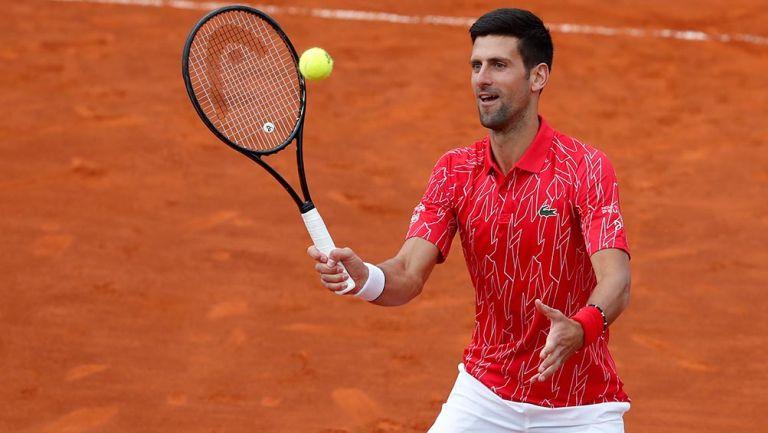 Djokovic juega con la pelota