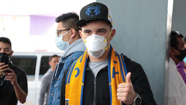Leo Fernández saluda a las cámaras con cubrebocas y bufanda de Tigres