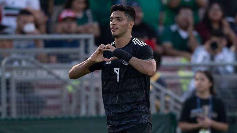 Raúl Jiménez festeja tras anotar un gol contra Cuba