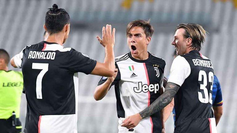 Jugadores de la Juve celebran anotación contra Lecce