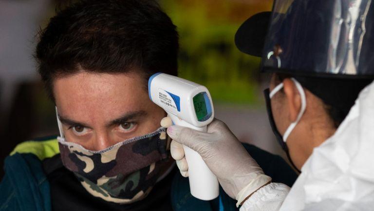 Toman temperatura a una persona en CDMX