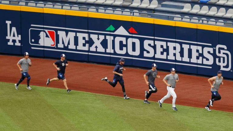 Jugadores de Padres calientan para su duelo en México en 2019