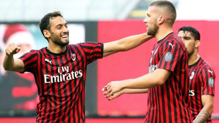 Calhanoglu y Rebic en festejo de gol