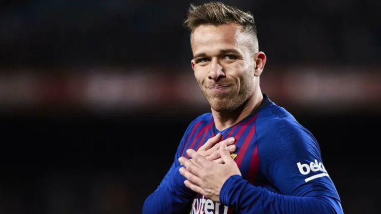 Arthur en partido con Barcelona