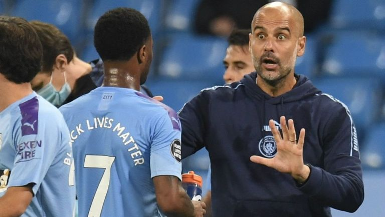Pep Guardiola dando instrucciones a