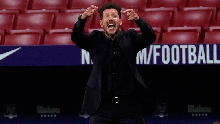 Simeone da indicaciones a sus jugadores en un partido del Atlético