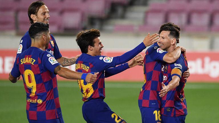 Messi es felicitado por sus compañeros