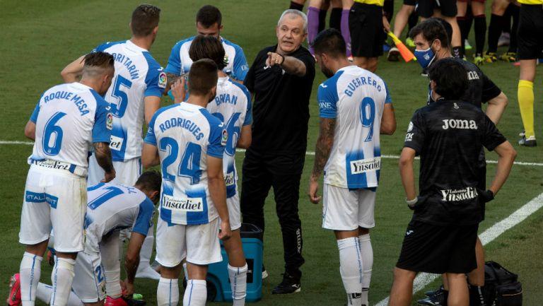 Javier Aguirre con sus jugadores