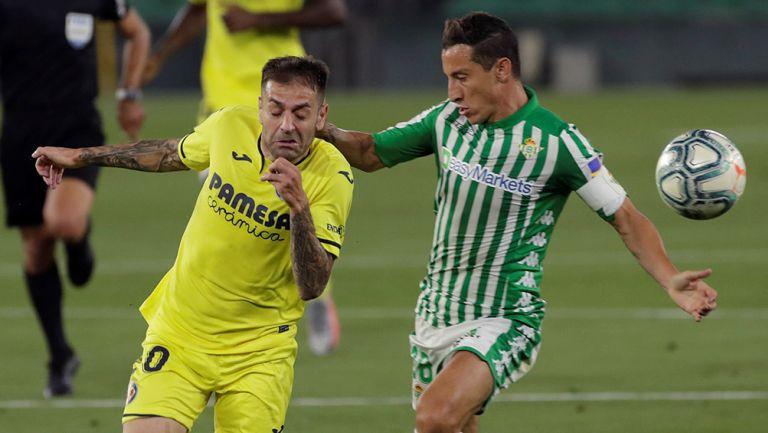 Andrés Guardado disputa el balón en el partido contra Villarreal