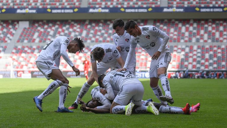 Jugadores de Atlas festejan un gol