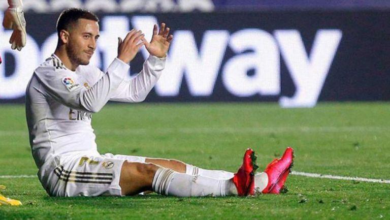 Eden Hazard durante un duelo con el Real Madrid