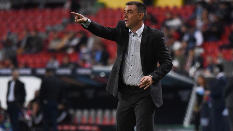 Pablo Guede da indicaciones durante un partido