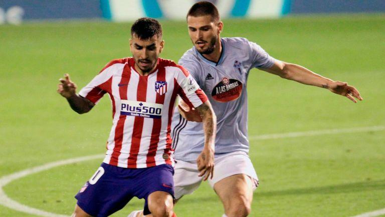 Correa protege el balón ante la presión de Yokuslu
