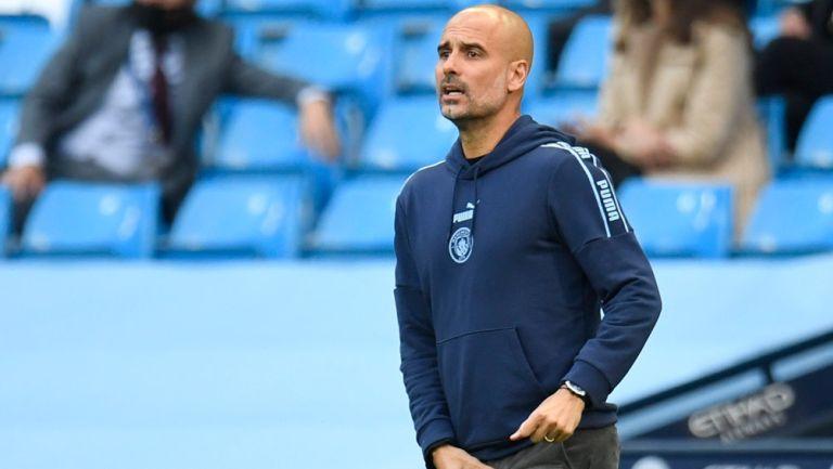Pep Guardiola da indicaciones en un duelo del Man City