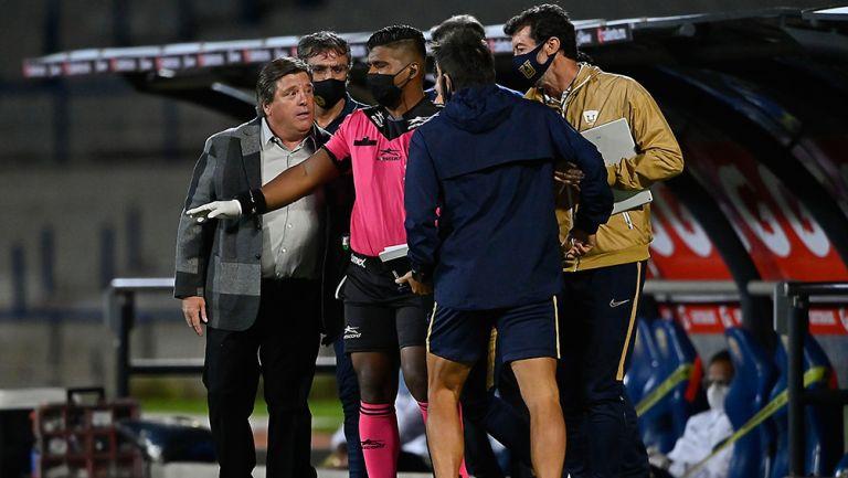 Herrera reclama en el Pumas vs América