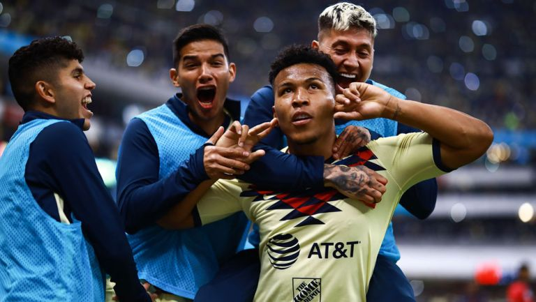 Roger Martínez celebra un gol con América