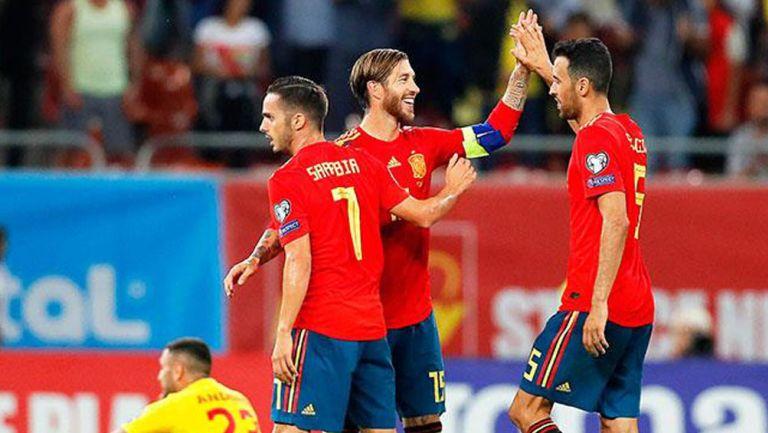 Ramos y Busquets durante un duelo con España