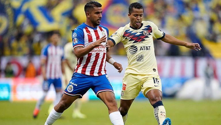 Giovani y Ponce pelean el esférico en el último Clásico Nacional