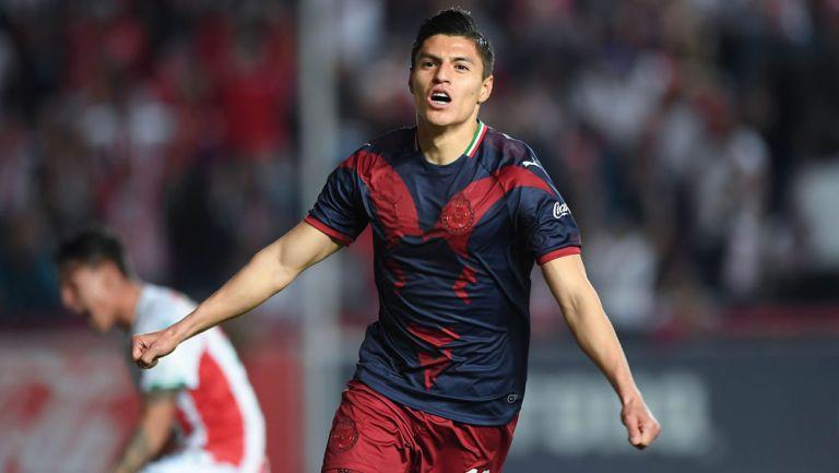 Ronaldo Cisneros festeja un gol con Chivas en Liga MX